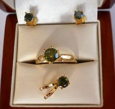 New Green Diamond set of solitaire pendant, stud earrings and ring in 14K yellow gold, total 2.06 ct with low reserve price.