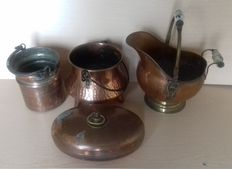 Antique lot, former pitcher, buckets, a cauldron and a oval hot water bottle in craft copper from early 20th century France. Deco inside and outside