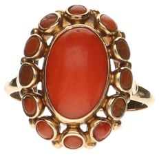 Yellow gold ring set with precious coral.