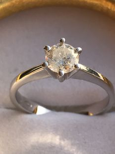 18 kt white gold ring with diamonds totalling 0.57 ct