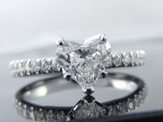 Diamond ring, with heart shaped diamond cut of 0.71 ct and 16 diamonds, 0.91 ct in total - comes with a jewellery certificate