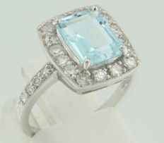 14 kt white gold ring with a central blue topaz, surrounded by 24 octagon cut diamonds, ring size 17.25 (54)