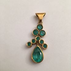 Yellow gold pendant with 18 kt (750/1000) hallmark with emeralds and one final droplet cut emerald