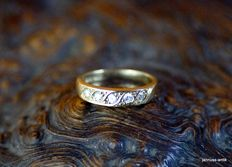 A 585 gold band ring with 5 brilliants
