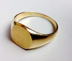 Men's ring in 18 kt yellow gold.