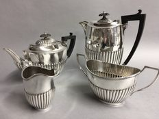 Silver plated tea- and coffee set with classic ribbed decor, England, ca 1935