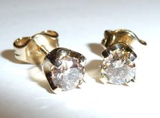Diamond ear studs with solitaire diamond of 2 x 0.42 ct set it 14kt / 585 gold, mint condition
