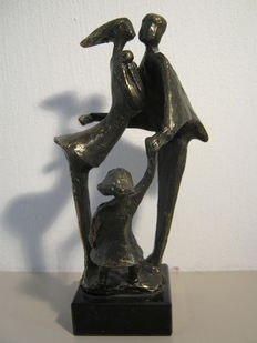 Corry Ammerlaan van Nieker - signed burnished sculpture - family with children
