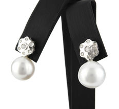Flower-shaped earrings made of white gold, with brilliant-cut diamonds and Australian South Sea pearls