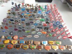 Large collection of 246 x automobile and transport pins Fiat, Heinkel, Daimler, Jaguar, Mercedes, MG, Simca, Wolsely, and many others.