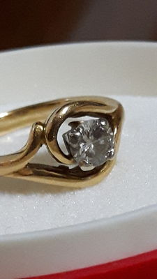 18 kt (750/1000) gold ring with a brilliant cut diamond weighing 0.58 ct.