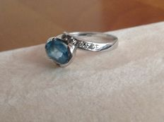 18 kt white gold ring with light blue topaz and 8 (4 + 4) diamonds