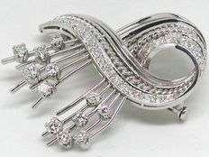 Platinum antique diamond brooch total: 2,52 ct.