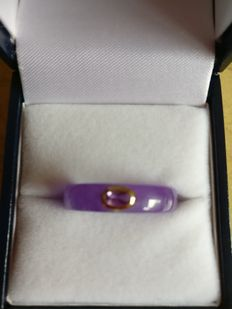 A purple agate ring with amethyst set in 14 kt gold