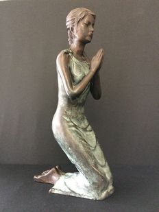 Woman's sculpture in bronze - woman in prayer, signed, early 20th