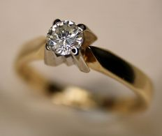 Solitaire quality ring with brilliant cut dimaond 0.33 ct H/SI, diamond weight engraved on ring rail. Excellent condition.