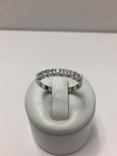American wedding ring in white gold and 0.35 ct diamonds.