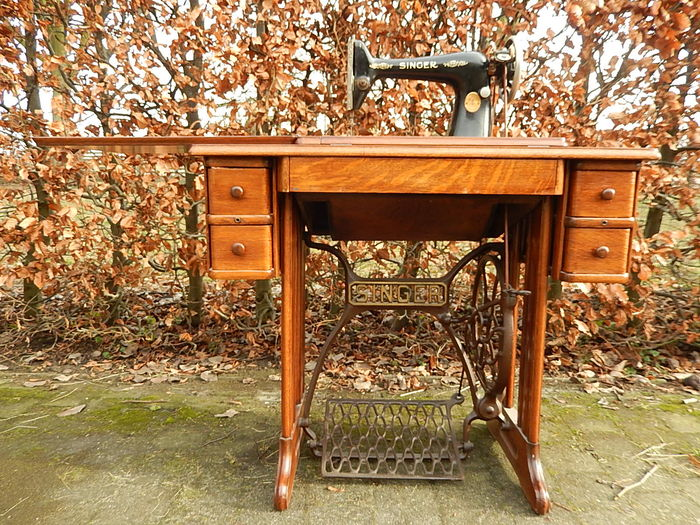 Singer antique sewing machine in beautiful cabinet/table - Singer Antique Sewing Machine In Beautiful Cabinet/table - Catawiki