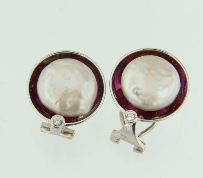 18 kt white gold clip-on earrings set with freshwater cultured pearl, red glass stone and diamonds, 1.6 cm in diameter