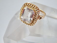a 585 yellow gold ring with rock crystal