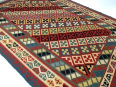 "Qashqai Kilim – 348 x 257 cm – ""Modern, large Persian carpet in nearly new, mint condition""."