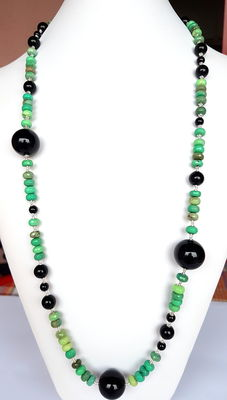 A necklace made of chrysoprase and onyx with 925/1000 silver clasp and divider pearls