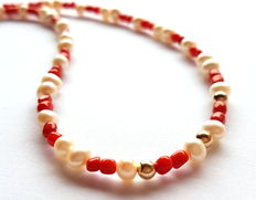 Necklace made of 100% natural red coral beads, cultivated freshwater pearls with 18kt yellow gold clasp and in-between beads