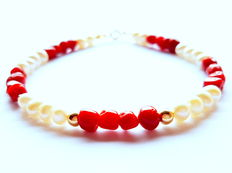 Bracelet made of 100% natural red coral beads, freshwater cultivated pearls with 750/1000 kt yellow gold clasp and in-between beads