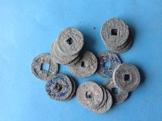 Ancient orient, China. Over 25 AE coins in clumps and piles from, i.a. Song, Tang.