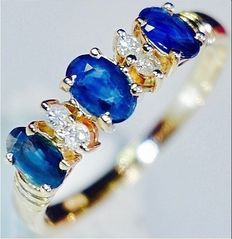 Yellow gold hand-forged diamond ring with 3 cornflower-blue sapphires - 0.51 ct, sapphire and 0.16 ct diamond - No reserve
