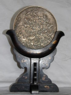 Signed silvery bronze mirror, on a lacquered wood base – Japan – 19th century (Meiji period)