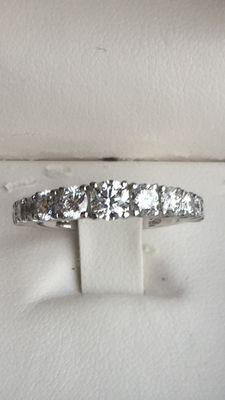 Ring in 18 kt gold weighing 3.20 g with brilliant cut VVS diamonds totalling 1.26 ct