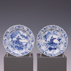 Beautiful, very fine set of painted blue/white porcelain dishes with a warrior on horseback – China – 18th century (Kangxi period)