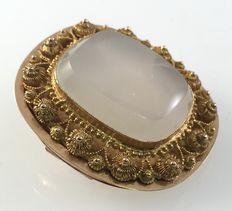 Yellow gold brooch with small Zeeland buttons and white (moon) stone.