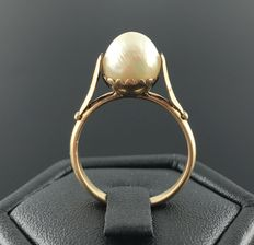 19th century ring in 18 kt rose gold, decorated with a big pearl of a diameter of 8 mm – No reserve price
