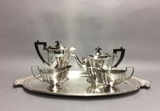 Silver plated tea- and coffee set on a serving tray, Sheffield, England, ca 1940