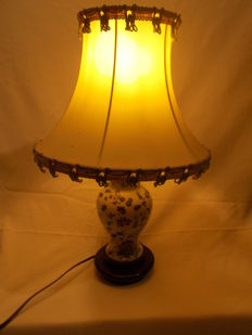 A bedside lamp, porcelain support with flagship.