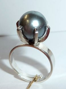 Bengt Halberg, Sweden - ring made from 925 silver with a large silver-grey Tahiti pearl of 11.6 mm in size.