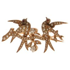 Yellow gold brooch set with cultivated pearls and 2 brilliant cut diamonds of approx 0.07 ct each