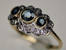 14 kt. Antique ring with 3 natural sapphires approx. 0.40 ct surrounded by 12 small old cut diamonds.