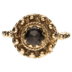 Yellow gold decorated ring set with garnet