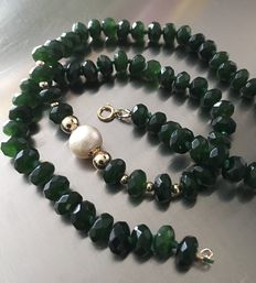 Necklace of jade (jadeite), a freshwater pearl and 14 kt golden round beads and clasp