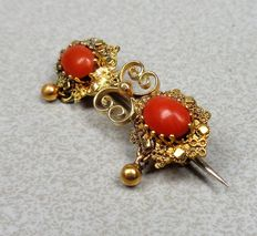 Gold brooch of 14 kt with precious coral