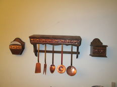 Set of 5 kitchen utensils in copper and its wooden shelf (chestnut) with decoration in red copper + display of filters coffee + box of salt.