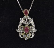Pendant Necklace – Natural droplet cut rubies – Diamonds (colour: H – clarity: IF) – 00114