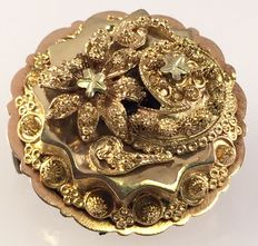 Yellow gold brooch with filigree decoration.