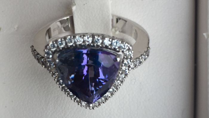 18 kt white gold ring with 5.32 ct tanzanite and brilliant cut diamonds, 0.45 ct, colour G/VVS - Ring size: 14.5 mm