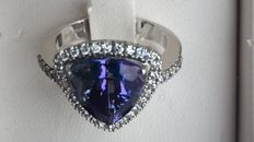 18 kt white gold ring with 5.32 ct tanzanite and brilliant cut diamonds totalling 0.45 ct, colour G/VVS – Ring size: 14.5 mm