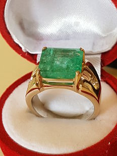 Ring in white gold with diamonds and emerald 6.56 ct