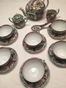 Tea set in fine Macau Chinese porcelain – Six tea services – China – 20th century, 1970s.